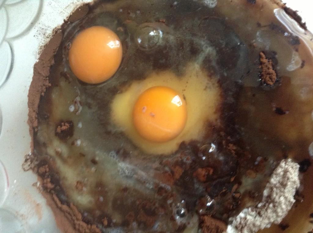 aggiunta di uova e burro frolla al cacao