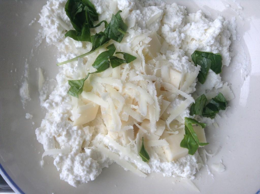 Mescola la ricotta con il parmigiano, il pepe, sale , basilico