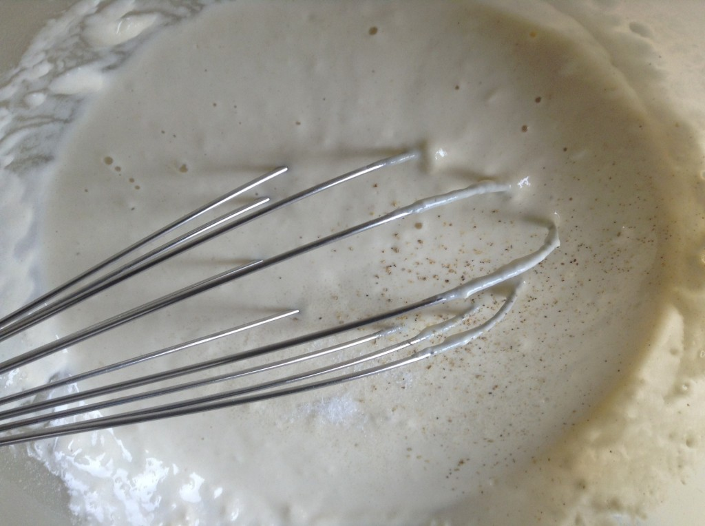 Prepara la pastella!  Mescola la farina e il lievito , aggiungi l'acqua e dopo il sale. Mescola bene con una frusta a mano o una forchetta in modo da eliminare i grumi. Aggiungi il pepe e mescola