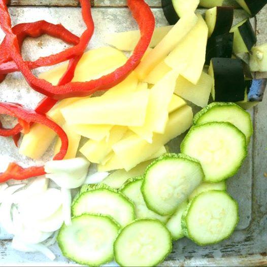 Le verdure affettate : patate, zucchine, peperoni e melanzane